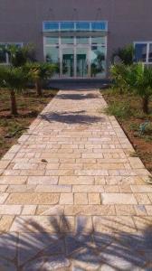 Pavimento a correre in pietra naturale anticata